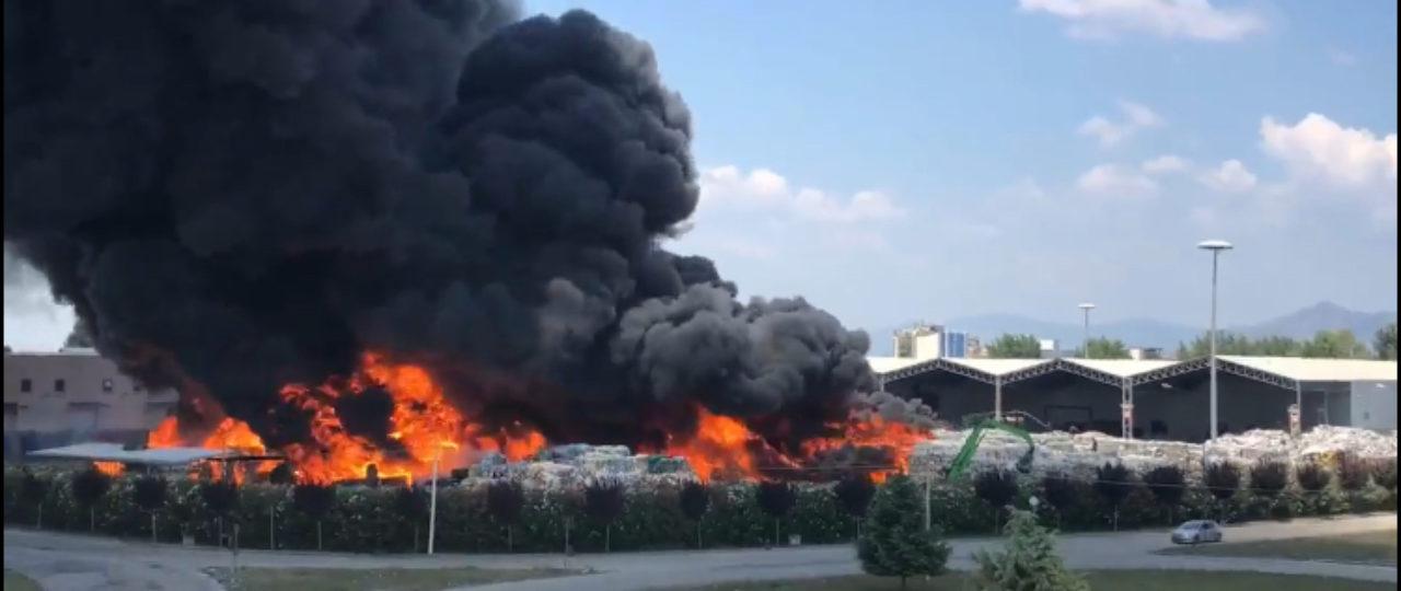 Incendio Azienda Rifiuti Nel Napoletano C è Puzza Di